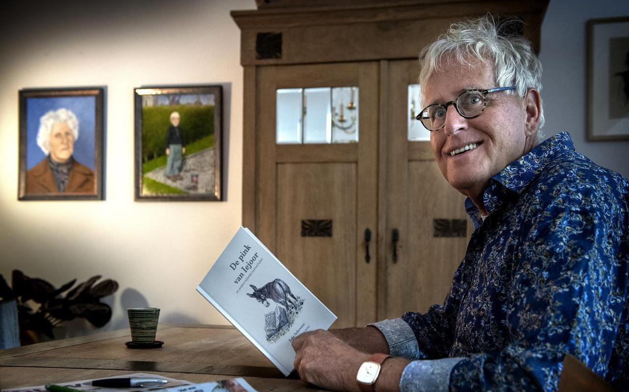 Eeke Scheweer met zijn boek en op de achtergrond overgeschilderde foto's van zijn moeder en van hemzelf als vijfjarige in Wons.