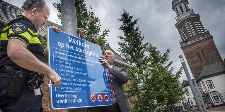 Onthulling van de huisregels door burgemeester Pieter Smit en politiechef Jos Bruining. FOTO DUNCAN WIJTING