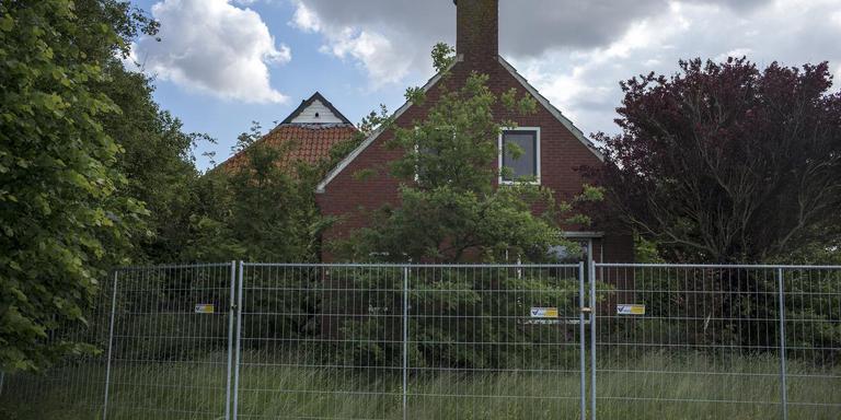 De huizen die moeten wijken voor de verhoging van de zeedijk worden al een tijdje niet meer bewoond. Foto Jan Zeeman.