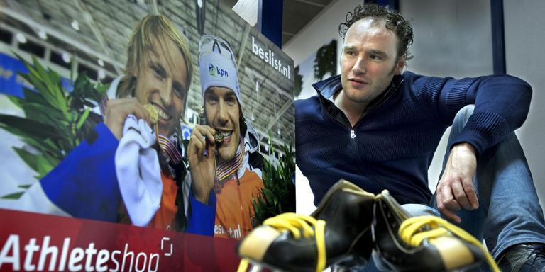Yuri Solinger met een foto van de twee succesvolle sprinters, Michel Mulder (links) en Hein Otterspeer. Foto Peter Wassing/Archief