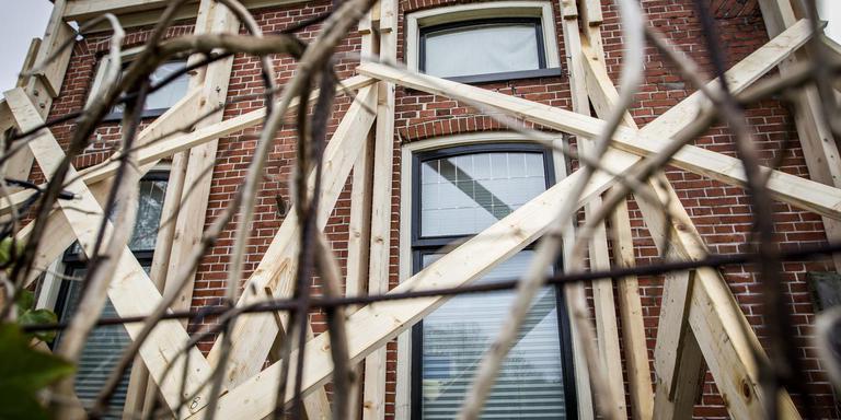 Een woning in Bedum werd enkele jaren geleden ontruimd nadat het pand onveilig was verklaard. Foto: Huisman Media