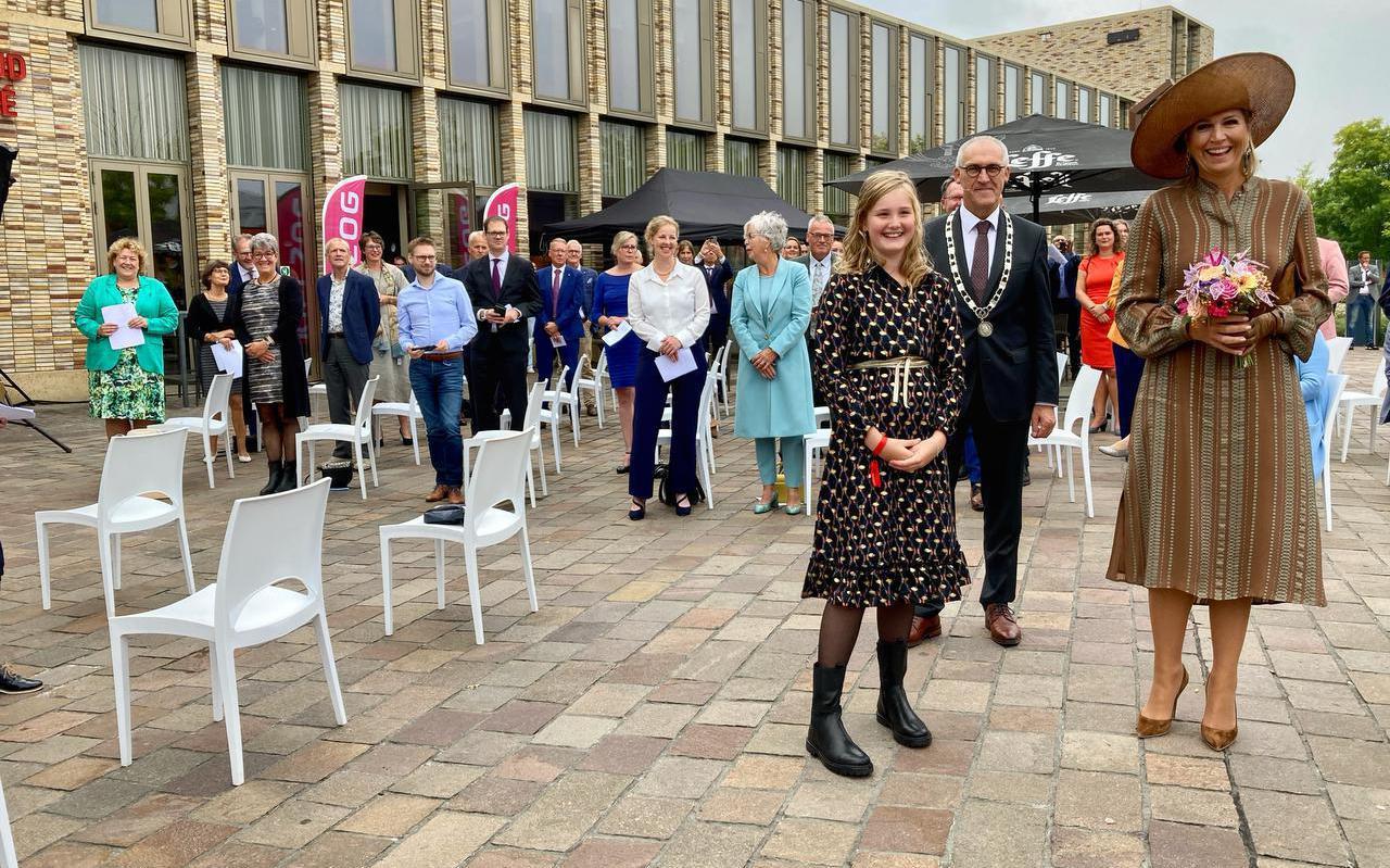 Koningin Máxima in Hoogezand met naast haar kinderburgemeester Lieke Kruijer en achter haar burgemeester Adriaan Hoogendoorn.