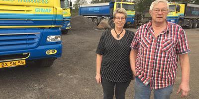 Transporteur Eite Mulder en zijn vrouw Froukje op hun bedrijfserf. Foto DvhN
