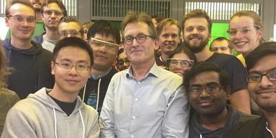 Foto: Nobelprijswinnaar Ben Feringa te midden van zijn studenten.