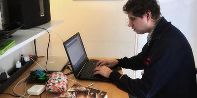 De blinde schrijver Jaap Wortel uit Haren heeft onlangs een boek uitgebracht en werkt nu aan deel twee.