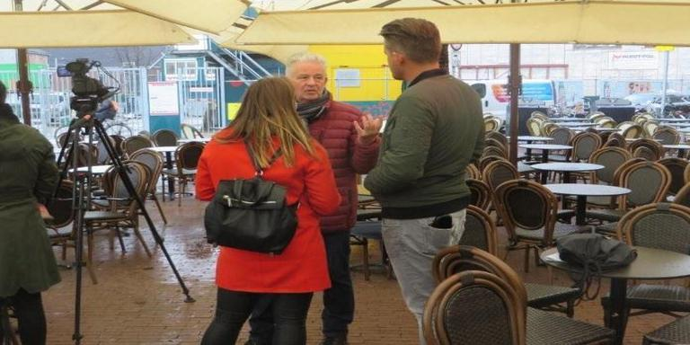 Kees Tol spreekt met Groningers over het Groninger Forum.