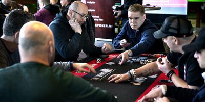 Zesendertig pokerfanaten namen het zondagmiddag tegen elkaar op tijdens de Groningse voorronde van het Nederlands Kampioenschap Poker. Foto: Peter Wassing