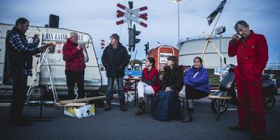 Actievoerders 'Ons Laand, ons Lu' geven voor de poort van NAM-tankenpark Farmsum persconferentie over de opheffing van de blokkade-actie. foto: Archief/Siese Veenstra