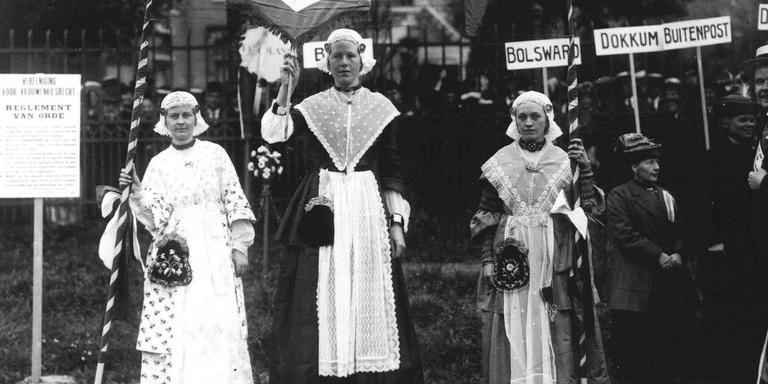 Vrouwen demonstreren in klederdracht. Foto: ANP