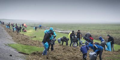 Opruimacties bij Noordpolderzijl. Foto Archief Jan Willem van Vliet