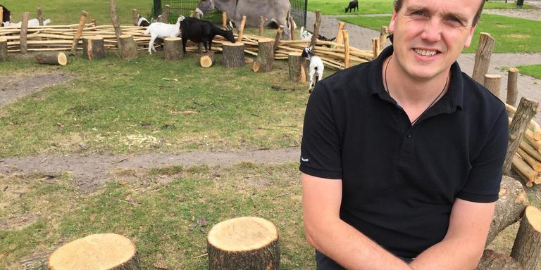 Directeur Harold de Vries van Familiepark Nienoord bij de kinderboerderij als onderdeel van het park in Leek. Foto DvhN