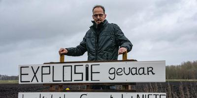 Jakob Smith uit Siddeburen plaatste een protestbord op zijn land nadat hij daar een vliegtuigbom ontdekte en de gemeente in eerste instantie weigerde die op te laten ruimen. Het lijkt erop dat er nu toch een oplossing is. Foto: Archief DvhN