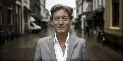 Tjeerd van Dekken reikt de prijzen uit..