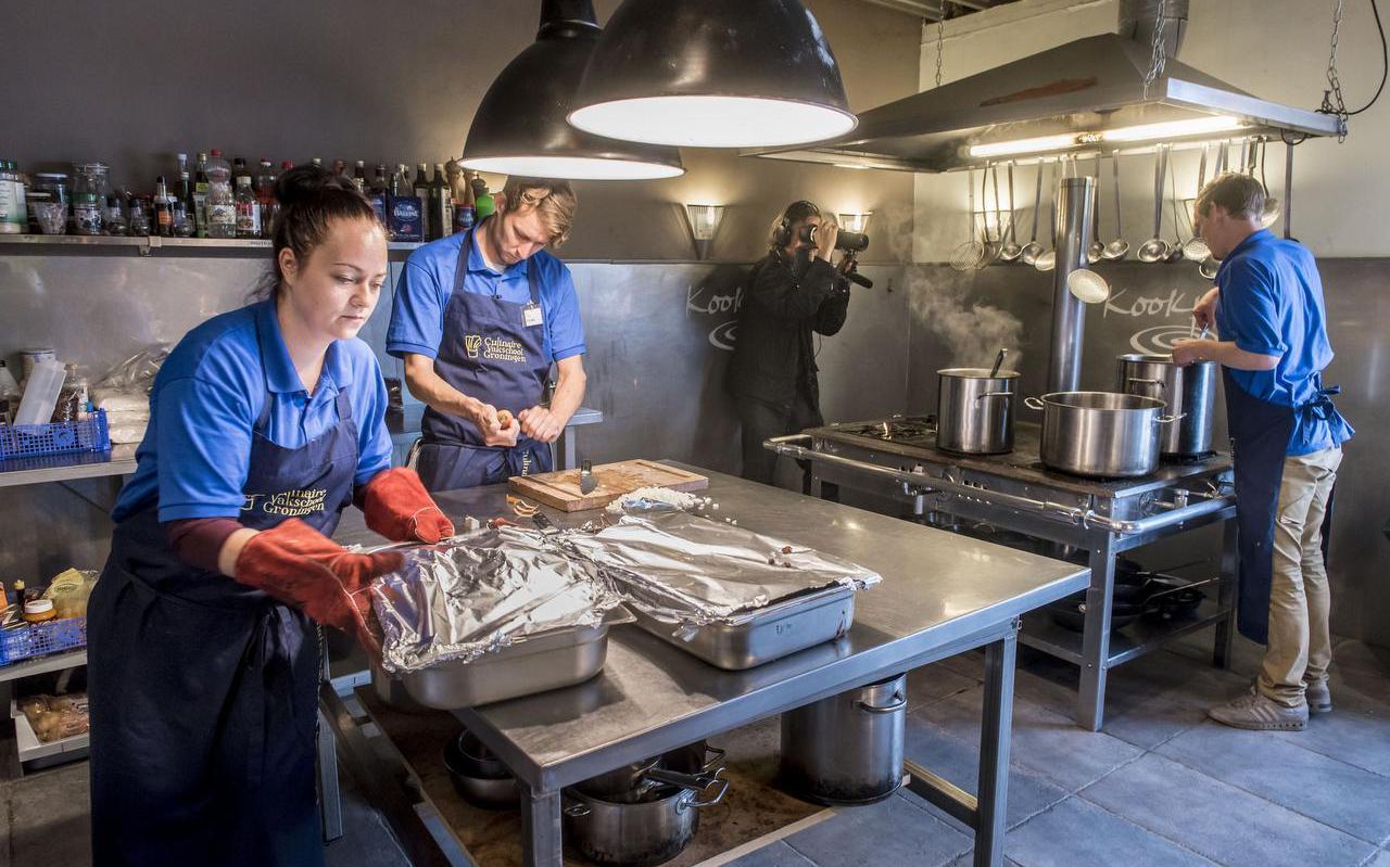 Sharon Boonstra (links), Douwe Ykema en Nick de Jong (rechts) worden op de vingers gekeken door een cameraman. Foto's: Geert Job Sevink