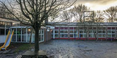 Kinderopvang Poppejans en verschillende verenigingen zitten in het gebouw van de voormalige dalton obs De Driebond aan de Woldweg in Ruischerbrug. Op de achtergrond: de Borgbrug die permanent open staat na een aanvaring. Foto: DvhN