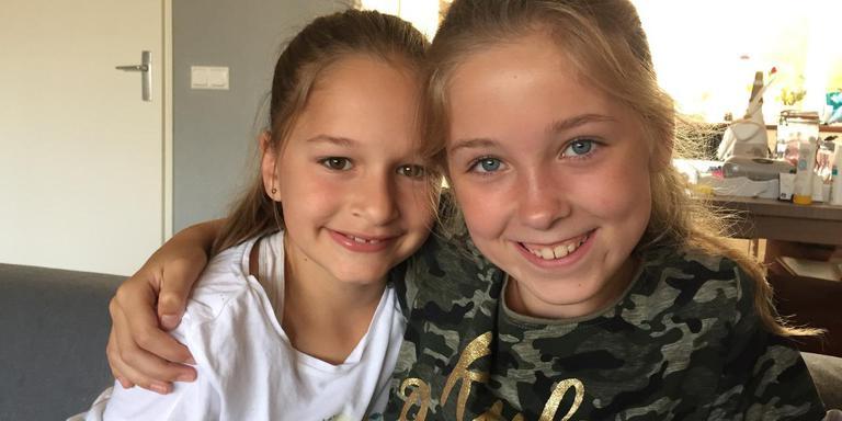 Joya (links) en Elyssa uit Assen schoten donderdag in het Zwemkasteel in Leek een klein kind te hulp toen zij dreigde te verdrinken. Foto DvhN