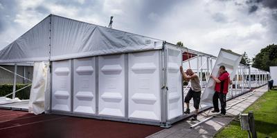 Op het terrein van de ACLO op Zernike, waar in de zomer nog een tent stond voor dakloze buitenlandse studenten, moeten volgens Student & Stad alle studentensportclubs onder een dak komen. Foto Siese Veenstra