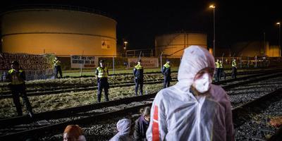 Demonstranten van actiegroep Code Rood hielden vorig jaar augustus een 'zitblokkade' bij het NAM-tankenpark bij Farmsum als protest tegen het gebruik van fossiele brandstoffen en de gaswinning in Groningen. Foto: Kees van de Veen