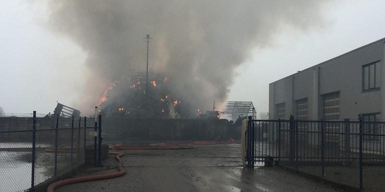 De brandende berg afval bij het recyclingbedrijf A. Talen in Stadskanaal. Foto: DvhN/Bas van Sluis