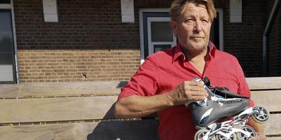 Hoogezandster Henk Heukers, uitvinder en kunstenaar, laat zien hoe zijn nieuwe skeelerremsysteem werkt. Foto Coen Berkhout/DVHN
