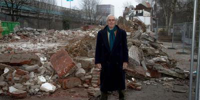 Pieter Sauer van de bewonersorganisatie Groningen Verdient Beter in december 2016 bij het toen pas gesloopte deel van de H.L. Wichersstraat. Foto: Archief DvhN