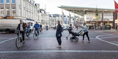Sinds de Westerhaven in Groningen geen zebrapaden meer heeft, voelt de slechtziende Karla zich onveiliger. Foto Geert Job Sevink