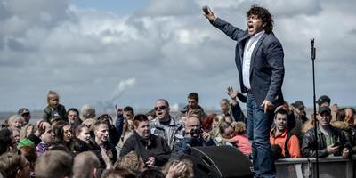 Dennie Christian, hier tijdens een optreden in 2016 op de Pinksterfeesten in Delfzijl, presenteert het Dagblad van het Noorden Schlager Symfonica 2019. Foto Archief Jan Zeeman