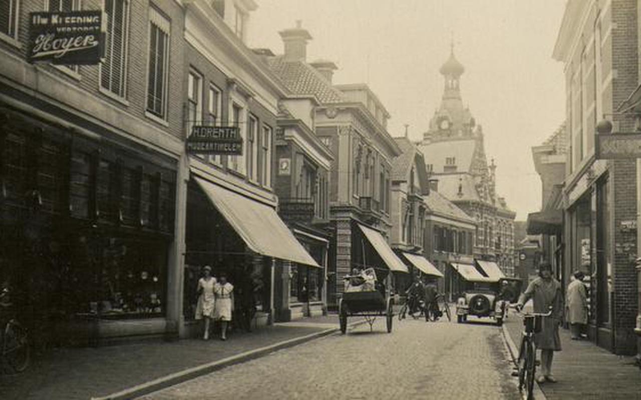 Sfeerbeeld van het Winschoten: de Langestraat omstreeks 1930. FOTO COLLECTIE BREHEN, STICHTING OUD WINSCHOTEN