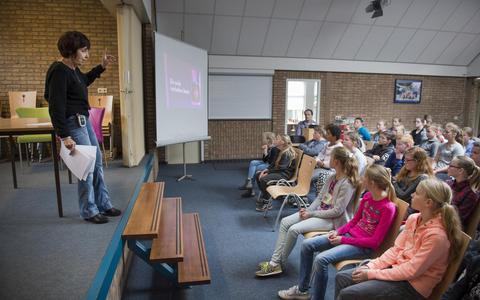 Yehudith Heymans geeft een lezing over haar oorlogsjaren voor de kinderen van de Lindenborgschool in Musselkanaal. FOTO JASPAR MOULIJN