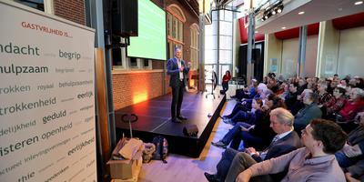 Aftrap Tocht om de Noord in Veendam door Peter Velthuis (op het podium). Foto: Harry Tielman