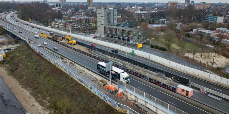 Het middendeel van de huidige Zuidelijke Ringweg in Groningen wordt bij de spoorwegovergang verwijderd als voorbereiding op de bouw van de nieuwe weg. Het verkeer op de zuidbaan wordt eind januari omgezet, is nu de bedoeling. Foto: DvhN/Matthijs Sorgdrager