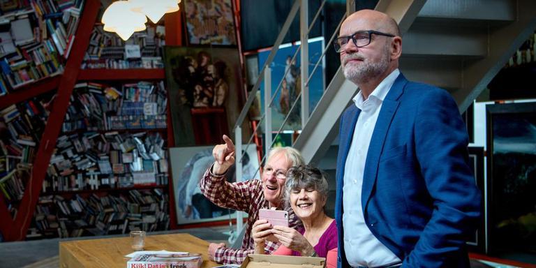 Gezeten in hun tijdelijke huiskamer in het Groninger Museum praten Freek en Hella met de journalisten. Foto: Corné Sparidaens.