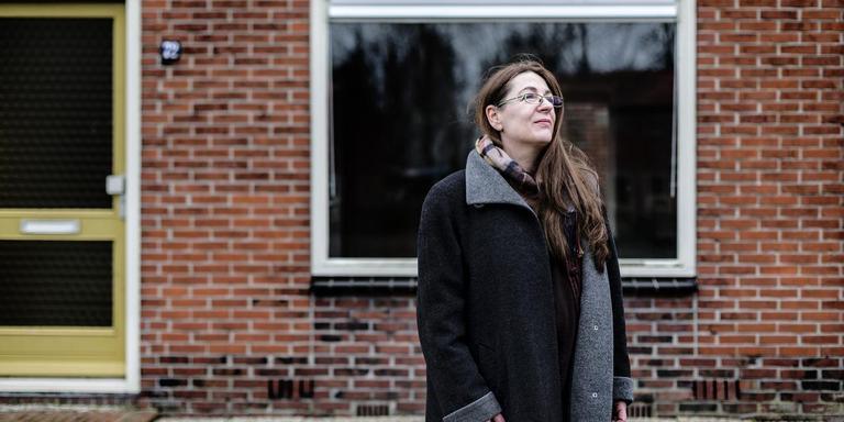 Wooncooperatie Finnewold. Mevrouw Solvejg ter Meer op foto bij woningen die moeten worden opgeknapt door dorpscooperatie foto: Siese Veenstra
