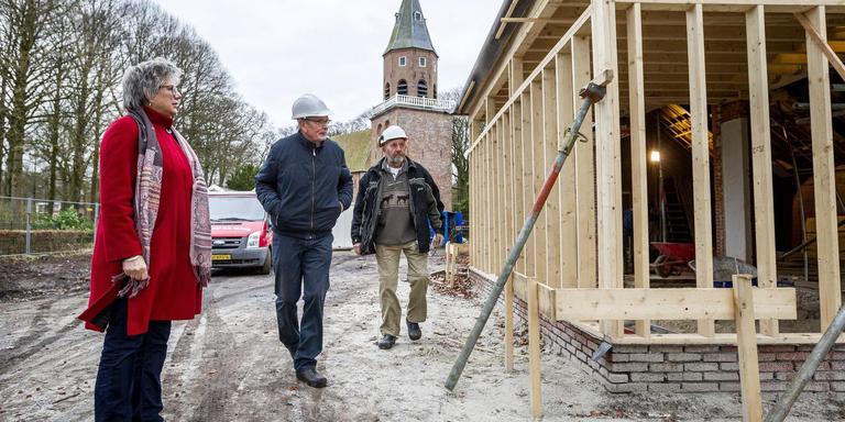 De voormalige aula bij de Magnuskerk in Bellingwolde werd in de afgelopen periode verbouwd onder het wakend oog van Astrid Luurssen, Hensen Trenning en Sake Hofman (van links naar rechts) .