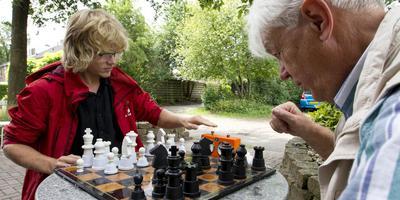 Anjo van Wely (r) en Daan Bulthuis ontmoeten elkaar eindelijk.