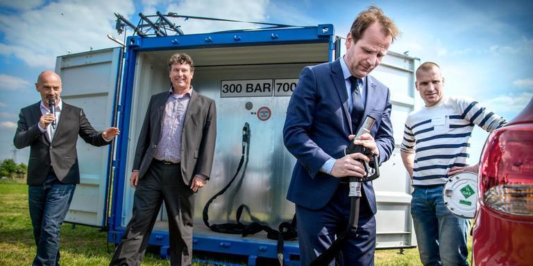 Een jaar geleden nam de Groninger wethouder Joost van Keulen nieuwe voertuigen op waterstof en een vulpunt in gebruik. Foto: Corné Sparidaens