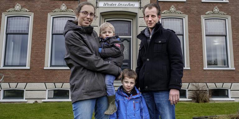 Margreet Kadijk met Thijs in haar armen en Huub met zijn vader Wiard Kraak. Foto Jan Zeeman