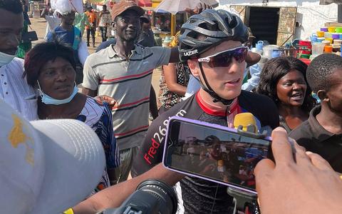 Sybren (26) uit Groningen wint etappe van Ronde van Kameroen. 'Uitputtingsslag in 40 graden, maar wat een avontuur'