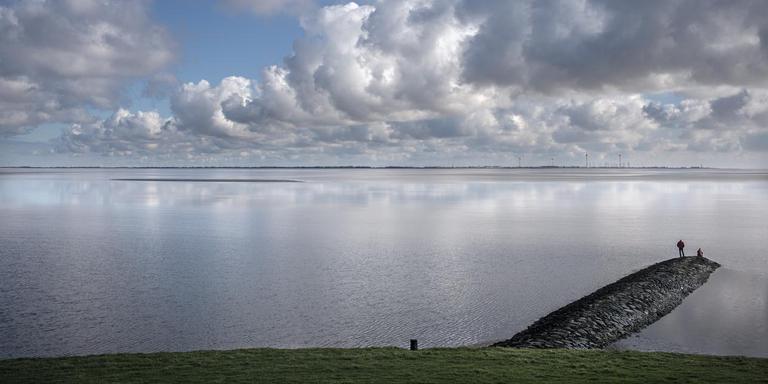 Wolken boven de Eems. Op de achtergrond Emden. Foto: Archief Jan Zeeman