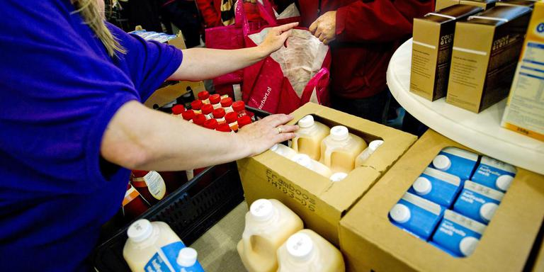 Een medewerkster van de voedselbank deelt spullen uit. Foto: Archief DvhN/Anne Marie Kamp