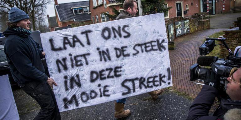 Bij het bezoek van minister Wiebes aan Zeerijp een jaar geleden gingen boze bewoners de straat op. Foto: ANP/Siese Veenstra