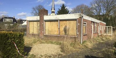De zwaar verpauperde bungalow aan de Singelweg in Grijpskerk. Foto Dvhn