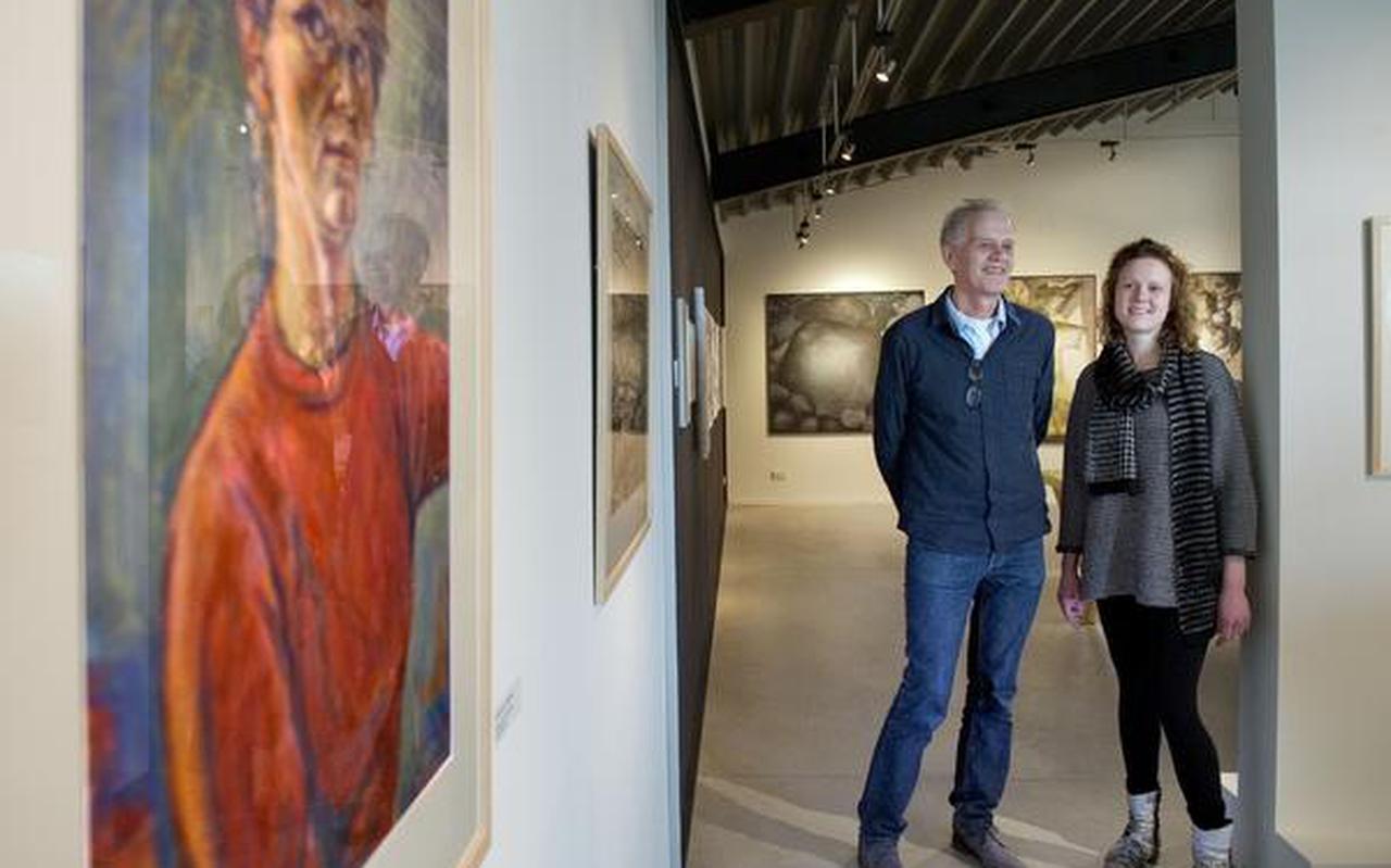 Jankees Braaksma en zijn dochter Turi bij het zelfportret van oma Turi Braaksma-van Heerikhuizen. FOTO REYER BOXEM