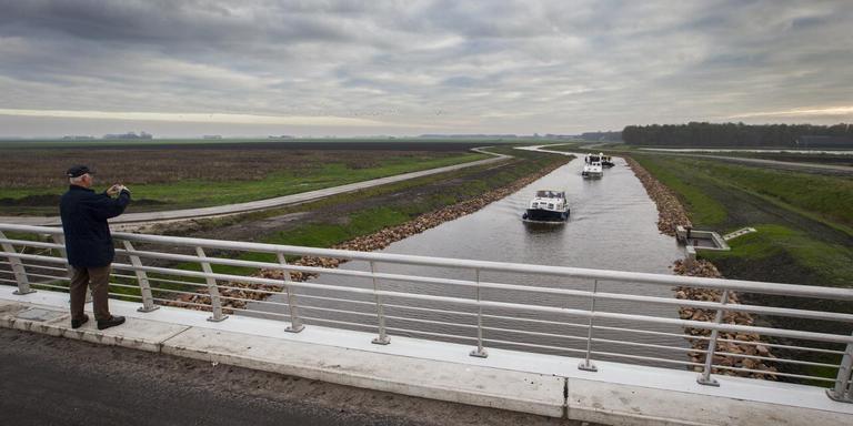 Door twee te laag liggende bruggen kunnen alleen wat kleinere plezierboten gebruik maken van de Blauwe Passage.