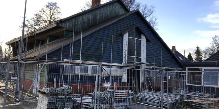 De restauratie van de voormalige gymzaal van de hbs in Warffum is begonnen. Foto DVHN
