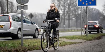 Ilse Letens fietst iedere dag over de grens bij Ter Apel om naar haar middelbare school te gaan. Foto: Jaspar Moulijn