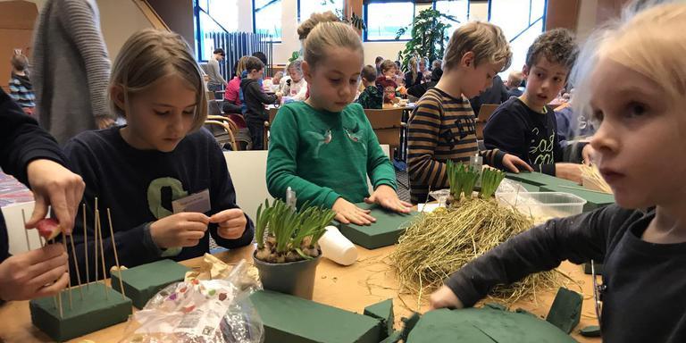 Zeventig kinderen mochten vandaag knutselen, kleuren en spelen in de Gasunie. Ze bouwden auto's, knutselden vogelnestjes en maakten vogeltaarten. Foto: DvhN