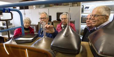 Ed Donga (met snor) leidde in het eerste seizoen veel bezoekers (op de foto zijn het oud-personeelsleden van Philips) rond in het museum.