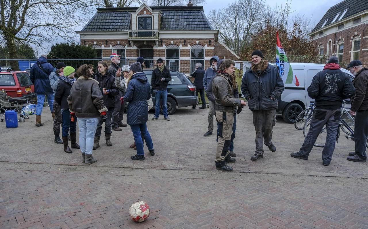 Tientallen actievoerders verzamelen zich bij het met sloop bedreigde pand aan de Hoofdstraat 51 in 't Zandt.  Foto Jan Zeeman