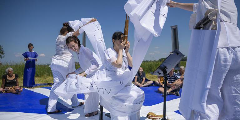 Het Festival Terug naar het Begin met Koerikoeloem in een weiland bij Jukwerd. Foto: Kees van de Veen